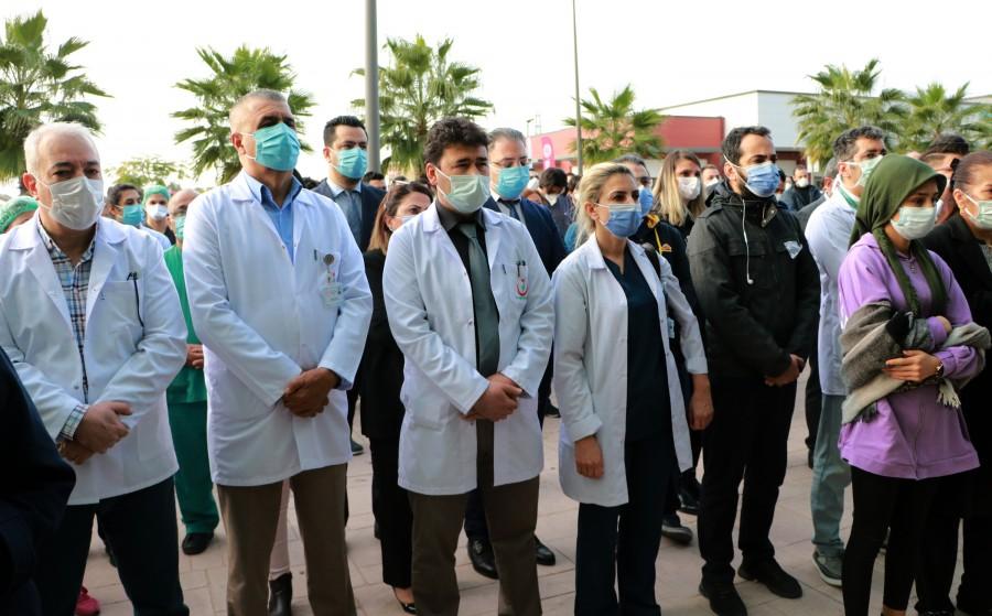 Adana'da koronavirüs nedeni ile hayatını kaybeden Acil Tıp Uzmanı Dr. Mehmet Ertane, görev yaptığı Adana Şehir Eğitim ve Araştırma Hastanesi'nden mesai arkadaşları ve ailesinin katıldığı törenin ardından gözyaşları içinde son yolculuğuna uğurlandı ile ilgili görsel sonucu