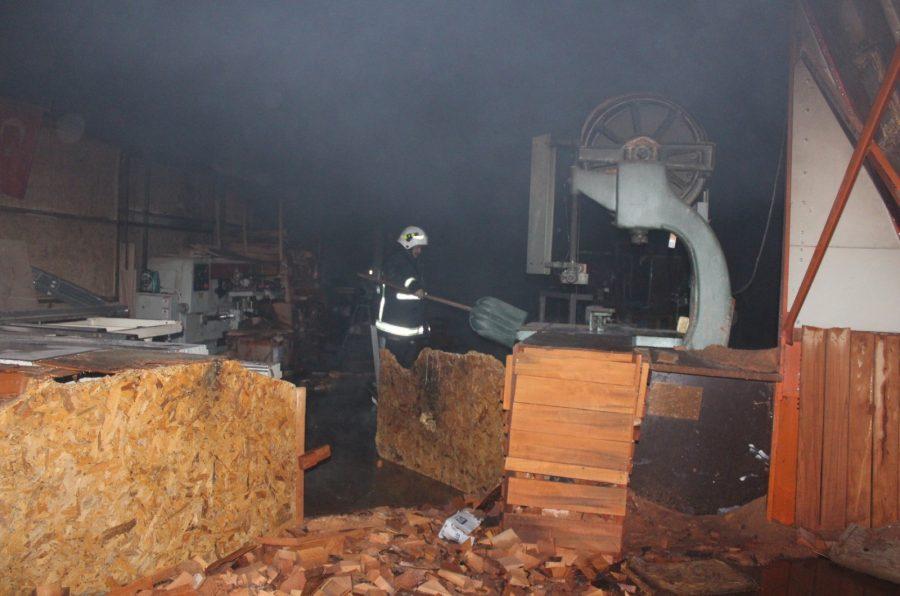 Bursa'nın İnegöl İlçesine bir ahşap fabrikasında çıkan yangın itfaiye ekiplerinin müdahalesiyle söndürülürken, içeride bulunan iki köpek yanmaktan sonra kurtarıldı. ile ilgili görsel sonucu