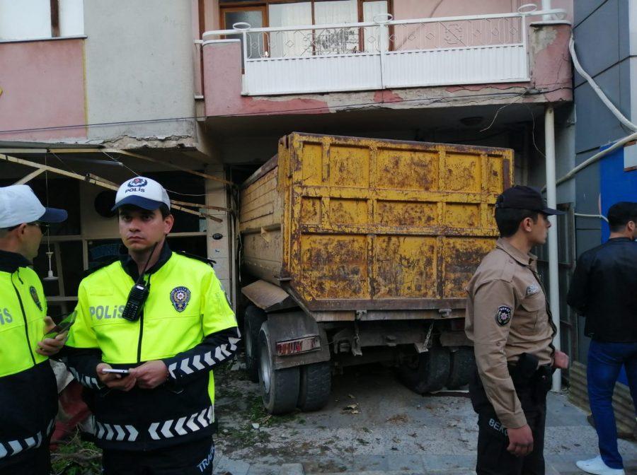 Kamyon kahvehaneye daldı: 2 ölü, 6 yaralı ile ilgili görsel sonucu