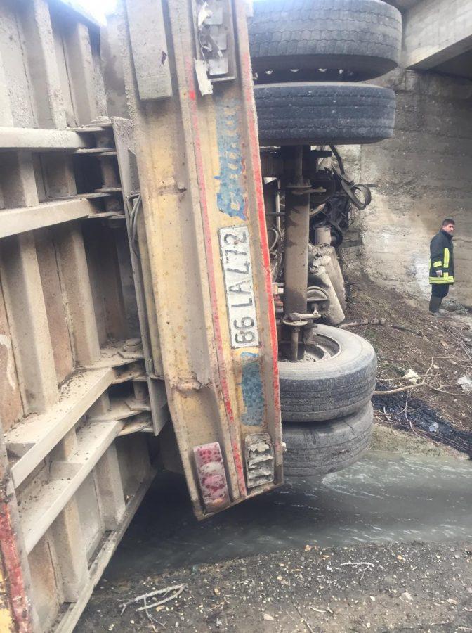 Sorgun Haberleri: Pancar yüklü kamyon dereye uçtu, 1 ölü 93