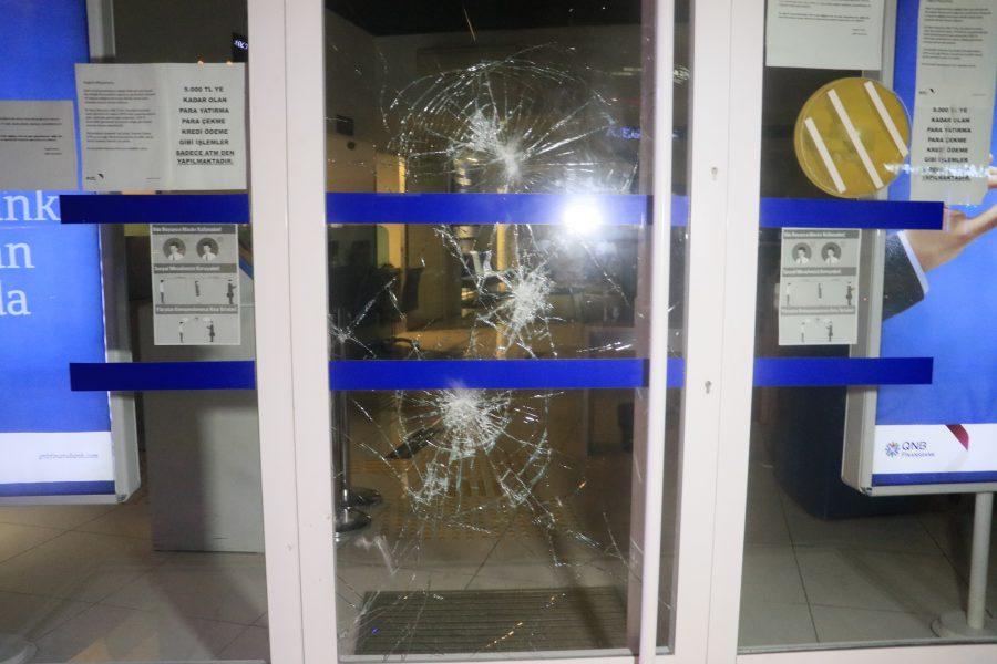 ATM kartını yutunca yetkiliye ulaşmak için bankanın camını kırdı ...
