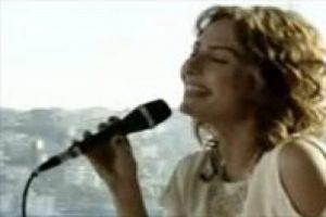 Cemile şarkı söyledi