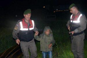 Yolunu kaybeden çocuğu jandarma buldu