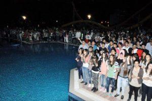 Gençler, havuz başında partide coştu