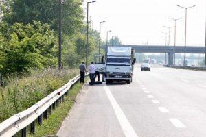 Fırlayan kamyonet lastiğine çarpıp öldü