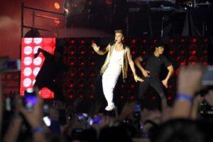 Justin Bieber sahneyi terk etti