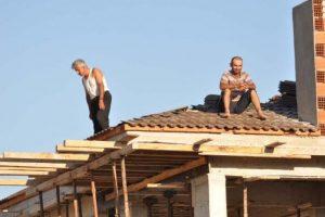 Paralarını alamayan işçiler çatıda eylem yaptı