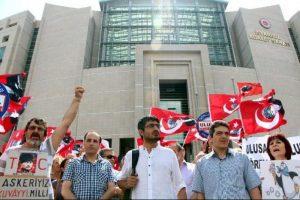 Ulusal Kanal çalışanlarından adliye önünde protesto.