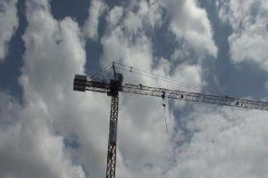 Eylem yapan işçiler 50 metrelik vince çıktı