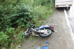 Karşı yöne geçen araç motosiklete çarptı