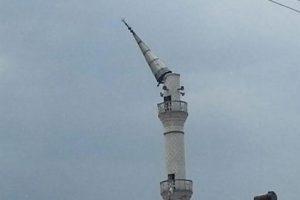 Fırtına minare yıktı, baca uçurdu