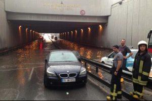 Yaz yağmuru İzmir'i teslim aldı