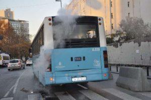 Halk otobüsünden çıkan duman paniğe neden oldu