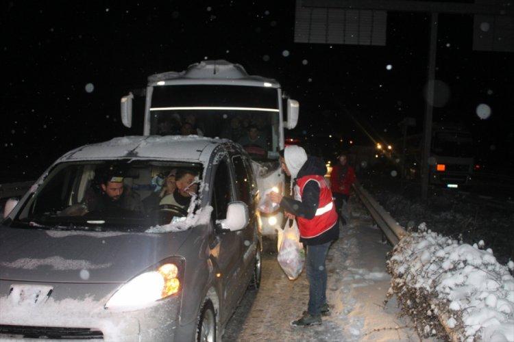 Turk Kizilay Ekipleri Yolda Kalanlara Kumpanya Dagitti Bursada