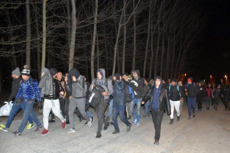 Image result for Göçmenlere Avrupa kapıları açıldı! Sınıra yürüyorlar