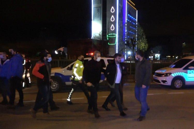 Bursa'da alkollü yakalanan sürücü polise ve bekçilere mukavemet gösterip küfretti