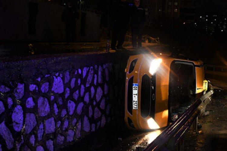 Virajı alamayan taksi alt yola düştü