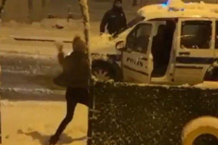 Polis ve vatandaşlar kar topu oynadı