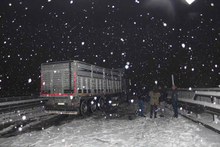Bursa'da kar yağışı, ulaşımda aksamalara neden oldu