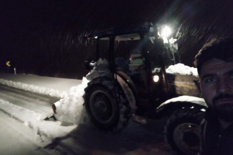 Bursa'da genç muhtar karla kaplı köy yollarını traktörüyle kendi açtı