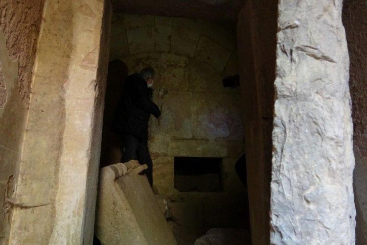 Bursa'da keşfedilen mezar odası gizemini koruyor
