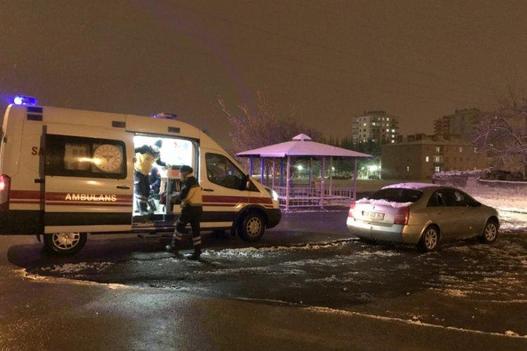 Baltayla saldırdıkları otomobilin sürücüsünü bacağından yaraladılar