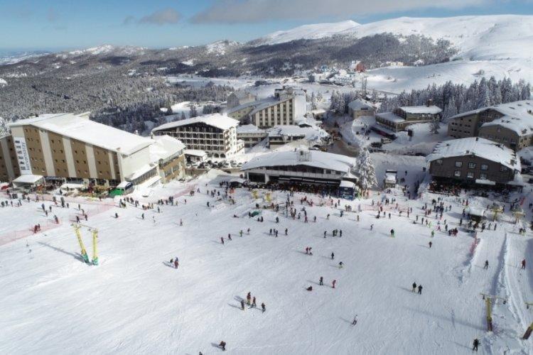 Bursa Uludağ'da kayakçılar pistlerin tozunu attırıyor