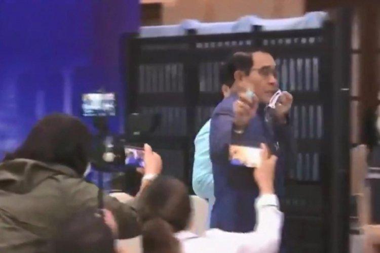 Tayland'da Başbakan gazetecilerin üstüne dezenfektan döktü!