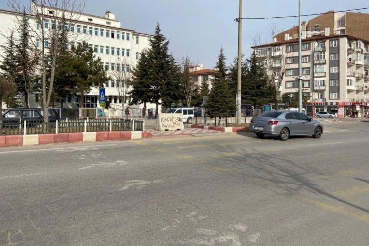 Yaya yolu beton bariyerle kapatılınca ortaya komik görüntü çıktı