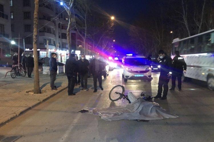 Otomobile çarpıp düşen bisikletli kamyonun altında kaldı: 1 ölü