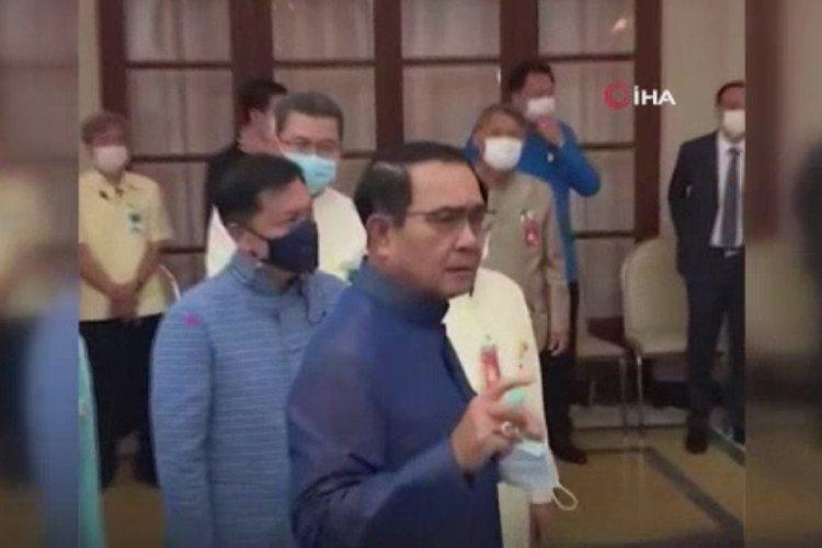 Soruyu beğenmeyen Başbakan, gazetecilere dezenfektan sıktı