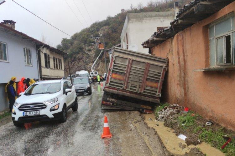 Bursa'da tır eve daldı! Mahalle elektriksiz kaldı