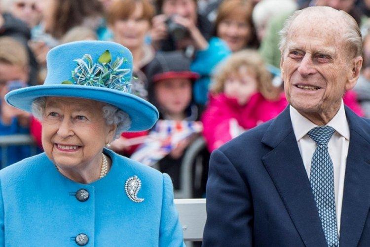 Kraliçe Elizabeth görev başına döndü