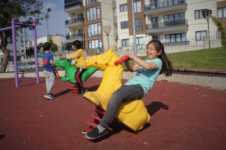 Bursa'da çocuklarını parka gönderen aileler onları güvenlik kamerasıyla izliyor