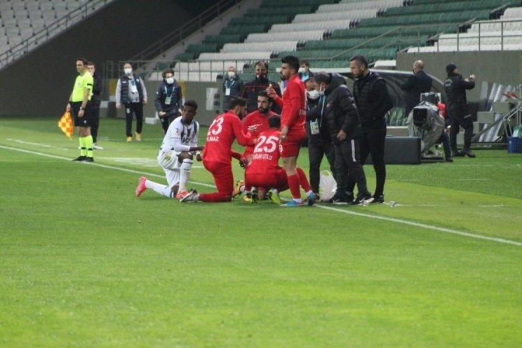 Futbolcular sahada iftar yaptı