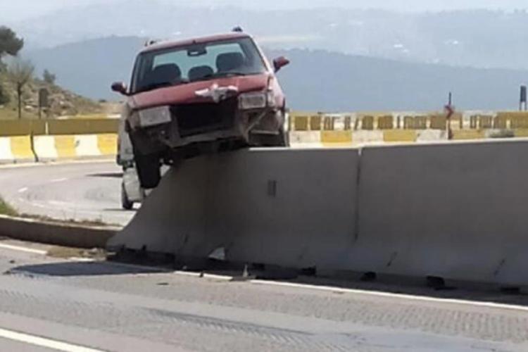 Otomobil böyle asılı kaldı