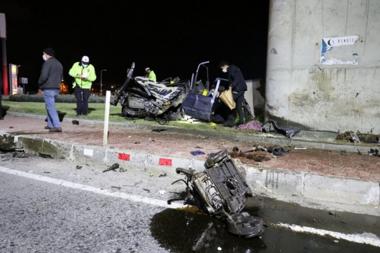 Köprülü kavşağın ayağına çarpan otomobilin motoru yola fırladı; 1 ölü, 2 ağır yaralı