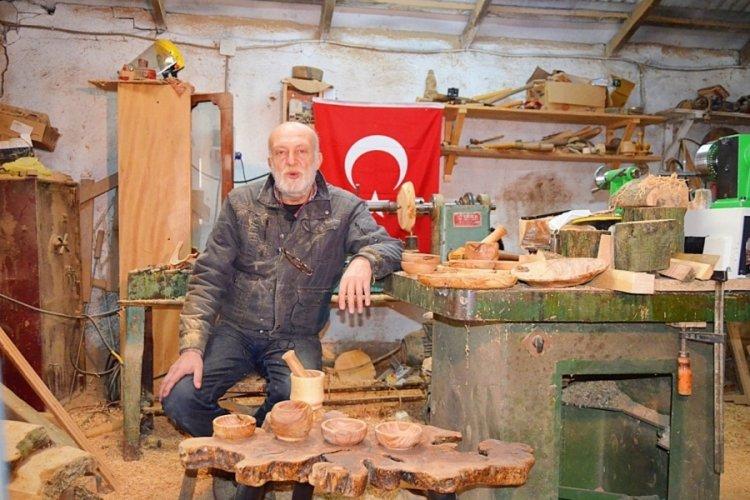 Bursa'da emekli öğretmen ahşaba sanat katıyor