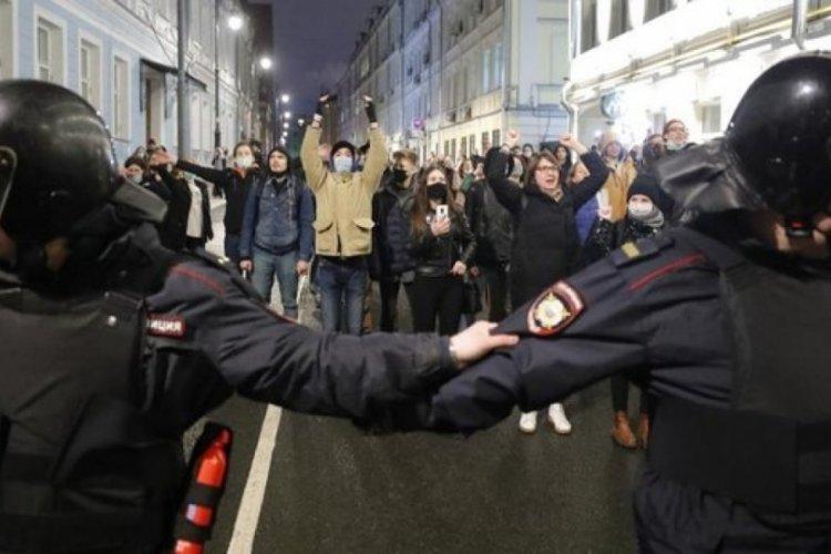 Rusya'da 1400'den fazla kişiye gözaltı