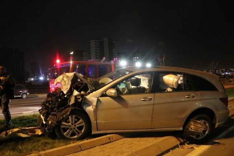 Yolcu otobüsüne çarpan otomobildeki iki kardeş yaralandı
