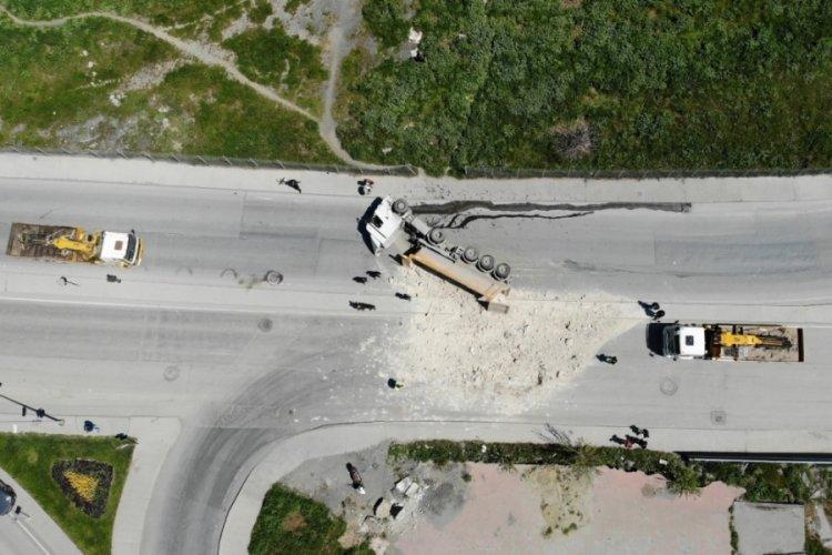 Hızını alamayan hafriyat kamyonu devrildi