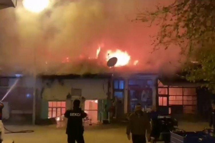 Korkutan yangın: 4 dükkan yandı, 3'ü zarar gördü