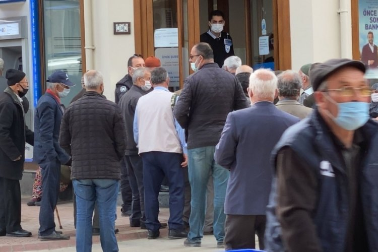 Bursa'da banka önündeki kalabalığı polis dağıttı