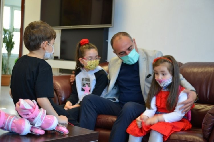 Bursa Gemlik'te harçlığını bağışlayan çocuklara Başkan Sertaslan'dan sürpriz hediye