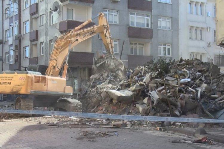Çöken binanın enkaz kaldırma çalışmalarına ara verildi