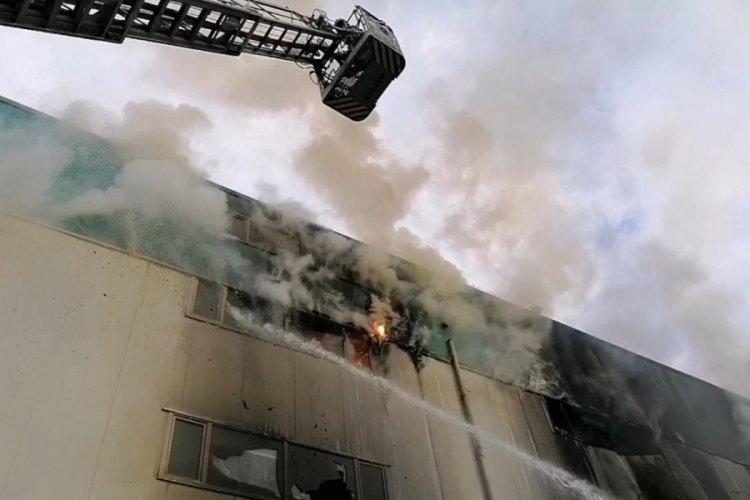 Araç farı üretilen fabrikadaki yangın 7 saatte söndürüldü