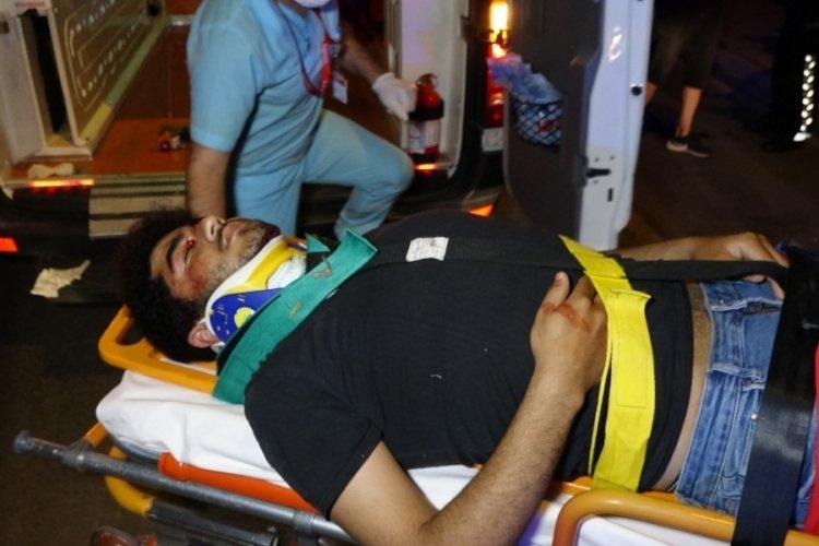 Motosikletli kurye park halindeki otobüse çarpıp yaralandı