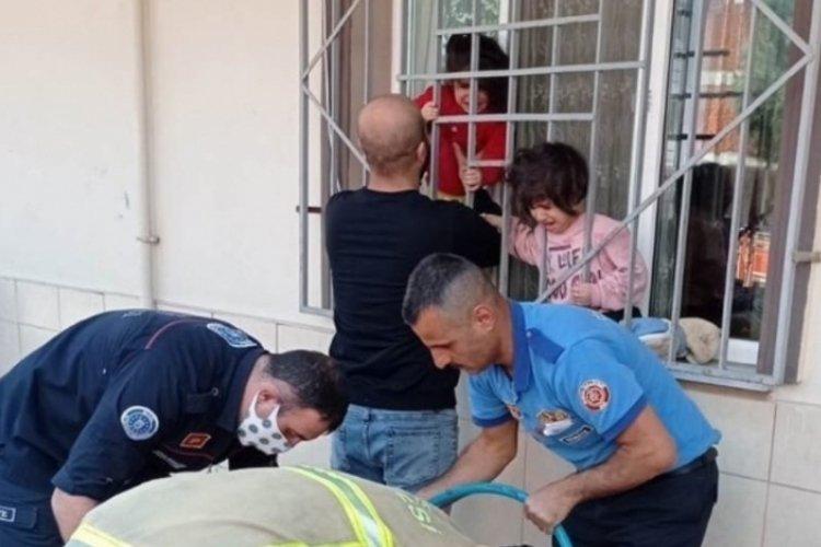 Bursa'da başı demir korkuluklara sıkışan çocuğu itfaiye kurtardı