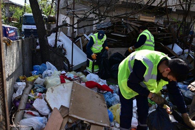 16 ton çöp biriktirdi, temizlenmesini gözleri dolarak izledi