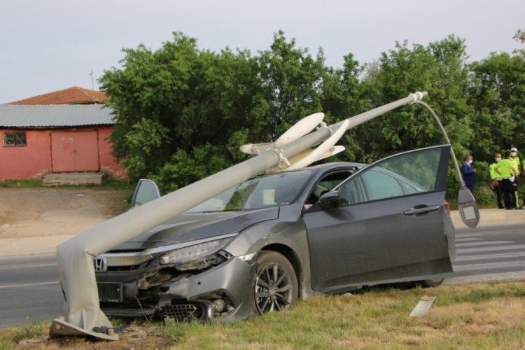Kazada, direk otomobilin üstüne devrildi